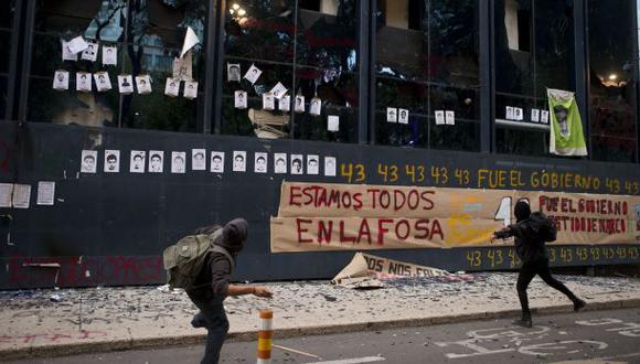 México: Apedrean Fiscalía en protesta por estudiantes