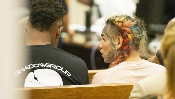 El cantante Tekashi 6ix9ine enfrenta al menos 47 años de prisión luego de declararse culpable de nueve cargos federales por su participación en la pandilla  Nine Trey Gangsta Bloods. (Foto: AFP)