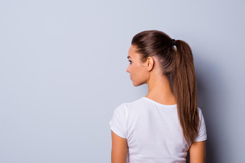 La calidad de la hebra capilar también se resiente por la tensión constante del pelo, tornándose quebradiza o de aspecto opaco. Para mantenerla saludable duerme con el pelo suelto. (Foto: Shutterstock)