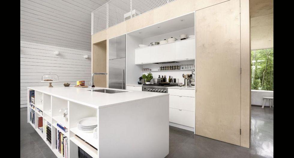Una isla divide los ambientes y sirve además como espacio de almacenamiento. (Foto: Maxime Brouillet)