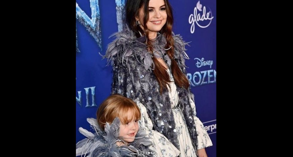 Los trajes eran idénticos, presentaban capas llenos de pluma en toda la parte del cuello y en todo el largo presentaban lentejuelas y ligeras plumas.  (Foto: Instagram/@selenagomez)