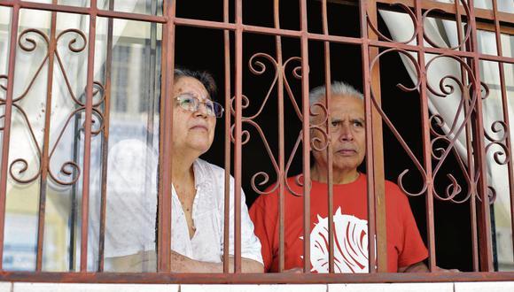 Elinda Terán y Germán Hervías viven frente a la iglesia donde el sacerdote infectado con coronavirus oficiaba misa. (Marco Ramón /GEC)