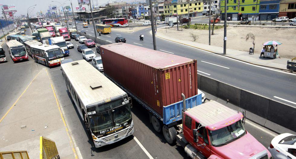 """La Municipalidad de Lima implementará carriles exclusivos y la """"Hora pico y placa"""" para vehículos de carga y mercancías. (El Comercio)"""