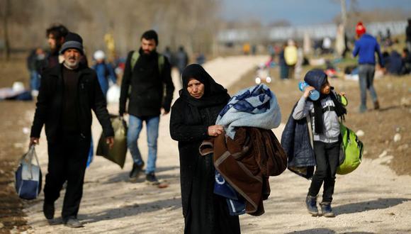Migrantes llevan sus pertenencias mientras caminan por la provincia turca de Edirne, fronteriza con Grecia, donde Ankara pretende concentrar a los miles de refugiados que quieren abandonar el país euroasiático. (Foto: Reuters)