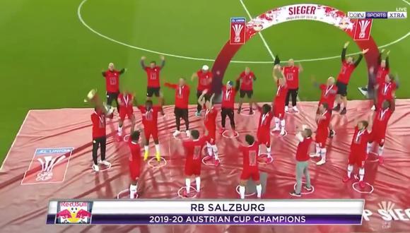 Red Bull Salzburgo ganó la Copa de Austria y celebró respetando el metro de distancia | Foto: Captura