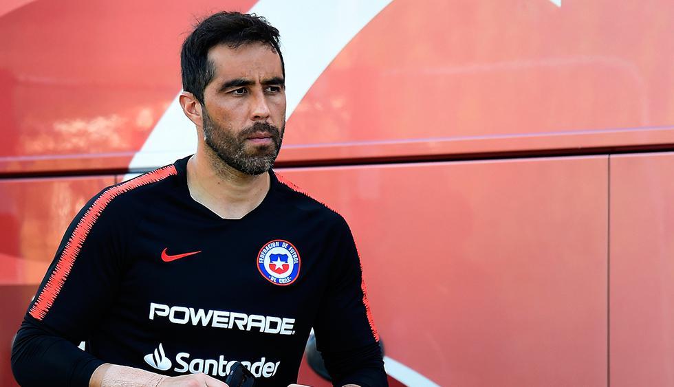 Claudio Bravo es el último seleccionado de Chile en llegar a su país. (Foto: AFP)
