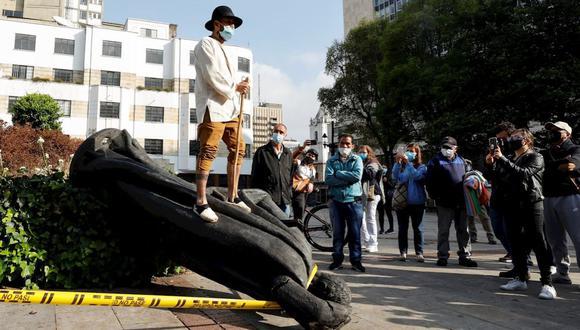 Indígenas de la comunidad Misak derriban una estatua de Gonzalo Jiménez de Quesada, fundador de Bogotá. (Foto: EFE/ Mauricio Dueñas Castañeda)