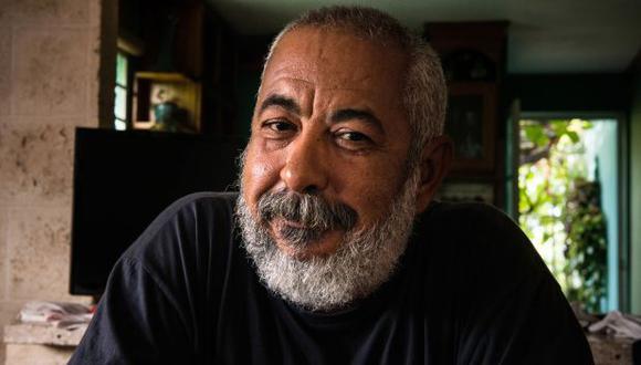 """En su tercera participación en la FIL Lima en cuatro años, el escritor cubano disertará virtualmente sobre la tradición de la novela negra y de su más reciente novela: """"Como polvo en el viento"""". (Foto: AFP / Adalberto Roque)"""