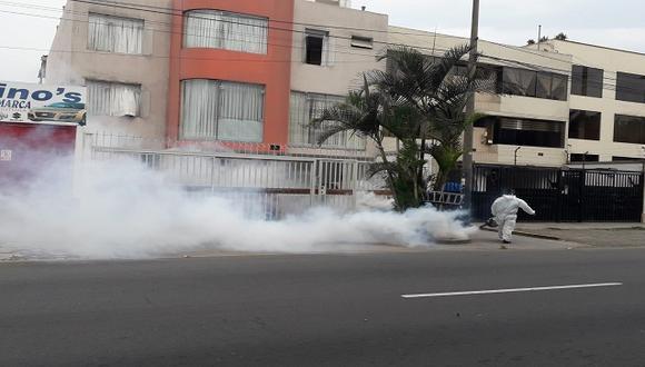 Hoy se realizó la segunda fumigación en La Molina. La tercera y última intervención está programada para el martes; un día antes se hará lo propio en Ate. (Foto: Minsa)
