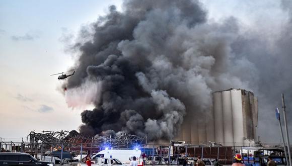 Los bomberos tratan de apagar el incendio originado por la enorme explosión en Beirut, Líbano. (AFP).