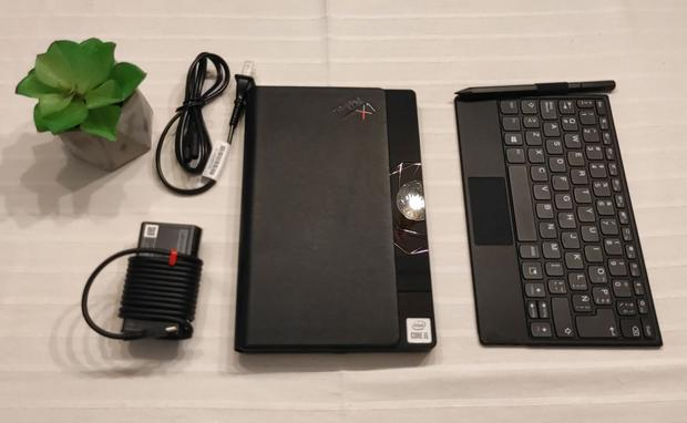 La caja del ThinkPad X1 Fold de Lenovo trae la computadora, con pantalla plegable; un teclado Bluetooth más un lápiz táctil, y el cable más un cargador. (Foto: Bruno Ortiz B.)