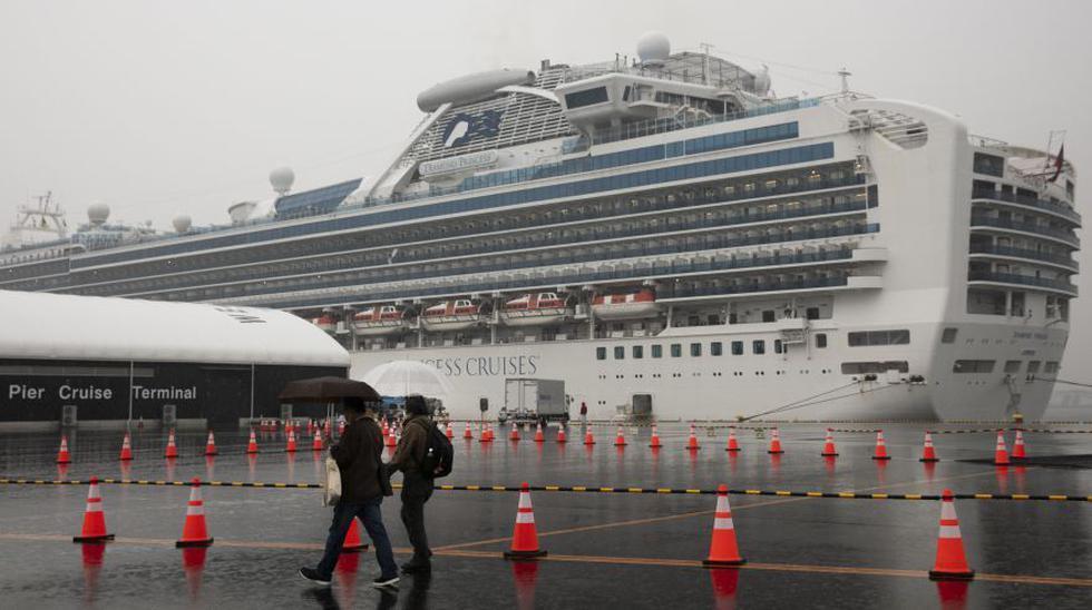 Los visitantes pasan junto al barco de crucero Diamond Princess en cuarentena el domingo 16 de febrero En Yokohama, cerca de Tokio. (Foto: AP).