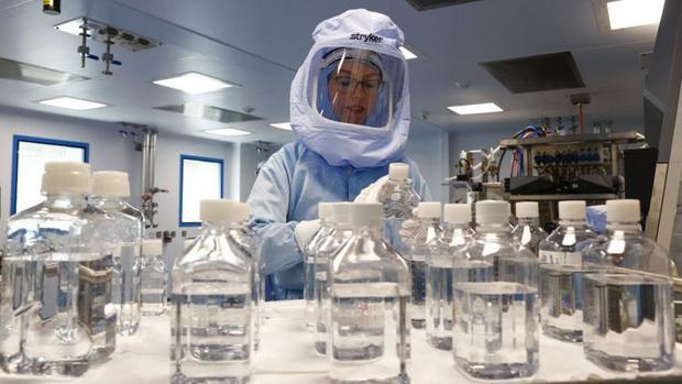 Pfizer y Moderna cada vez producen dosis con mayor velocidad. (Getty Images).