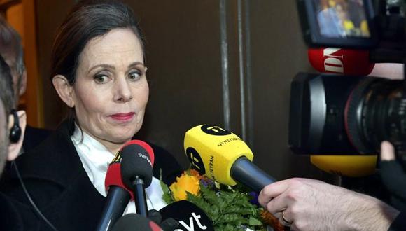Sara Danius a la salida de la reunión semanal de la Academia Sueca en la que anunció su dimisión formal. (Foto: Jonas Ekstromer / AFP)