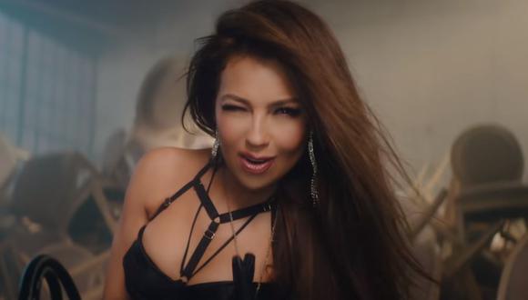 """Thalía presume cómo logró la 'cintura de avispa' con la que aparece en el video de """"Estoy soltera"""" de Leslie Shaw. (Foto: Captura de video)"""