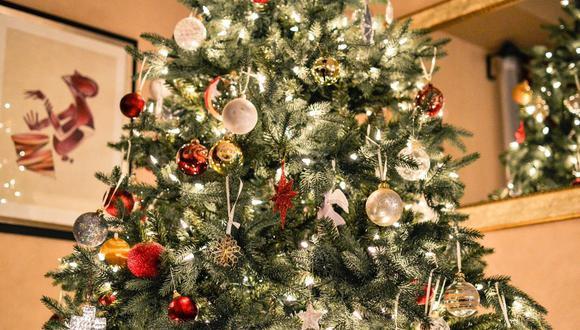 Si vas a poner luces para decorar tu árbol, nacimiento u otro espacio de tu casa, conoce cómo usarlas correctamente para evitar una tragedia. (Foto: Pixabay)