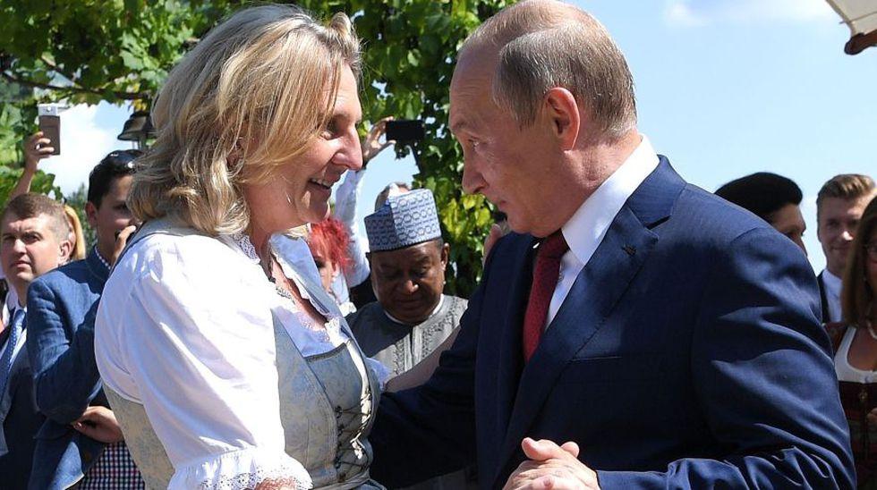 Como obsequio a los novios, el presidente ruso presentó la actuación de un coro de diez Cosacos del Don que viajaron con él. (Foto: Reuters)