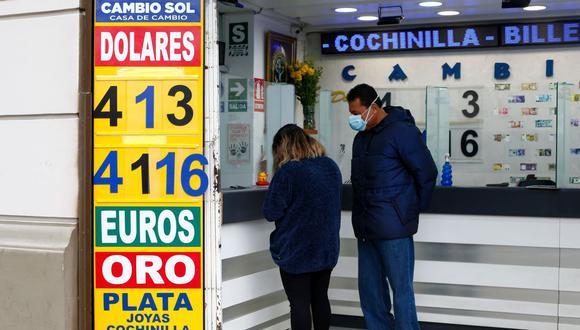 En el mercado paralelo o casas de cambio de Lima, el tipo de cambio se cotiza a S/4,105 la compra y S/4,130 la venta de cada dólar. (Foto: Fernando Sangama / GEC)