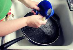 Por qué NO es buena idea poner la sartén caliente bajo el agua