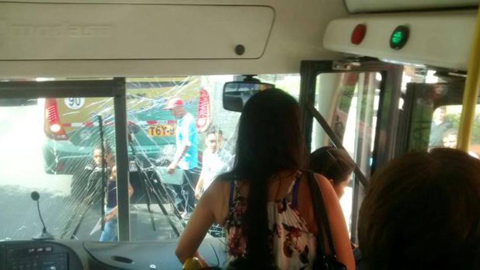 Bus del Corredor Azul chocó contra ómnibus interprovincial - 1