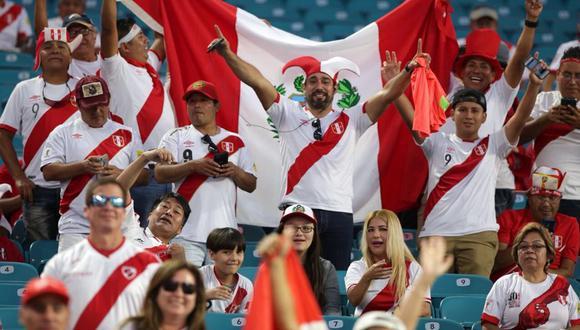 Las banderas peruanas tomaron el Hard Rock Stadium de Miami. (Foto: FPF)