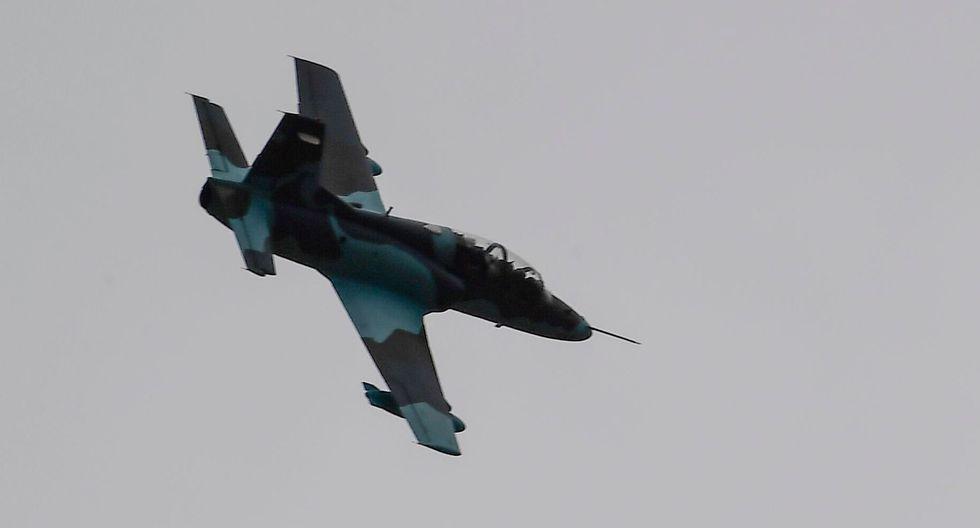 Un avión militar sobrevuela La Paz. (RONALDO SCHEMIDT / AFP).