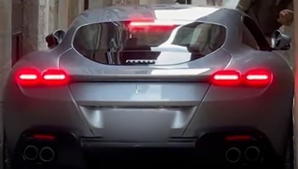 El vehículo quedó atascado en la calle. | Foto: SupercarsNews/YouTube