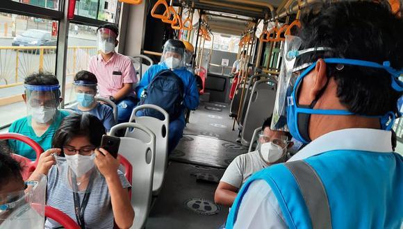 La entrega gratuita de protectores faciales tiene como objetivo de evitar la propagación del COVID-19 en estaciones, paraderos y en el interior de las unidades. (Foto: GEC)