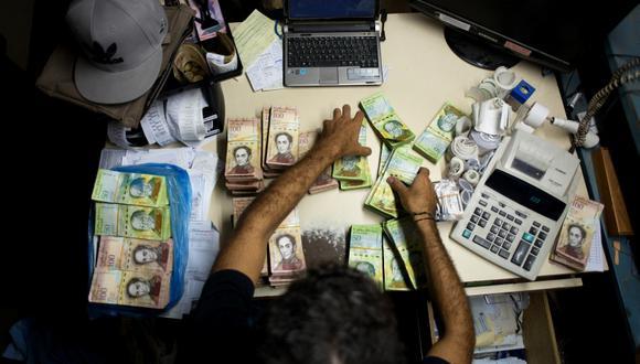 Venezuela devalúa su moneda al eliminar cambio de 10 bolívares por dólar. (Foto referencial: AFP)