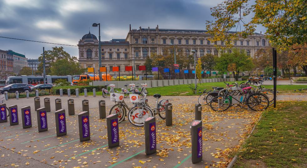 1.400 km de ciclovías y más de 120 estaciones de alquiler de bicicletas tiene Viena. Actualmente, los vieneses se movilizan de esta manera. Eso sí, usando mascarilla. / Foto: Shutterstock.