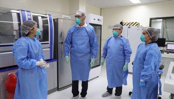 Martín Vizcarra supervisó el trabajo que se realiza en el Laboratorio de Biomedicina del Instituto Nacional de Salud (INS). (Foto: Difusión)