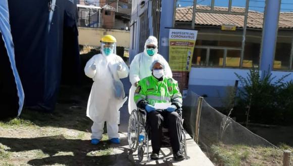 Puno: Policía que llegó en estado crítico a centro de atención COVID-19 del hospital regional 'Manuel Núñez Butrón', venció al coronavirus y fue dado de alta. (Foto Diresa Puno)