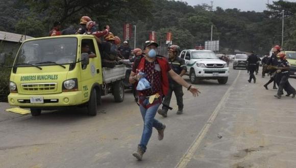 Socorristas, oficiales, periodistas y sobrevivientes se vieron obligados a correr montaña abajo. (Foto: AFP)