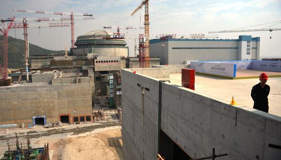 Esta foto de archivo tomada el 8 de diciembre de 2013 muestra a trabajadores esperando a que el entonces primer ministro francés, Jean-Marc Ayrault, llegue a la central nuclear conjunta chino-francesa de Taishan, en la provincia de Guangdong. (Foto de PETER PARKS / AFP).