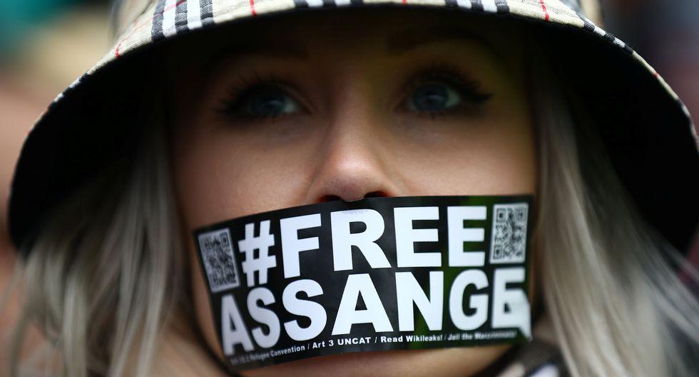Una mujer pide la liberación del fundador de WikiLeaks, Julian Assange, en las afueras de Woolwich Crown Court. (REUTERS / Hannah Mckay).