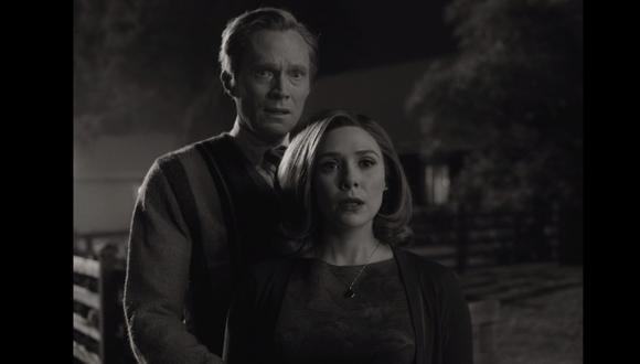"""Elizabeth Olsen como Wanda Maximoff y Paul Bettany como VIsion en """"WandaVision"""" de Marvel Studios. Foto: Disney+."""