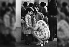 La foto más emotiva que verás hoy: así recibían las maestras de escuela a nuestros niños en 1972