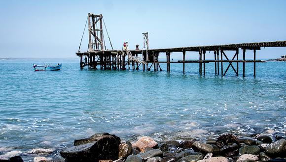 Isla Don Martín, a 20 minutos de la playa Las Liseras. Su oxidado muelle le da un aire misterioso y es hogar de guanayes, chuitas, alcatraces, zarcillos y piqueros.(Foto: Flor Ruiz)