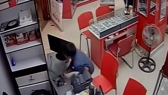Piura: dos menores roban cerca de S/2 mil en óptica