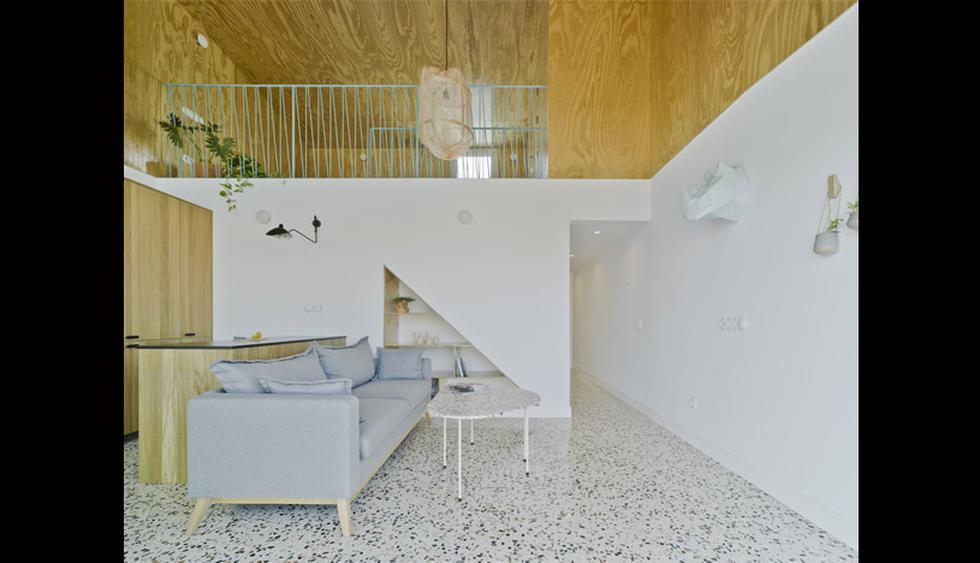 Cocina, sala y comedor confluyen en un mismo ambiente. Una encimera, que también funciona como mesa de diario, delimita sutilmente los espacios. (Fotos: Laura Ortín Arquitectura)