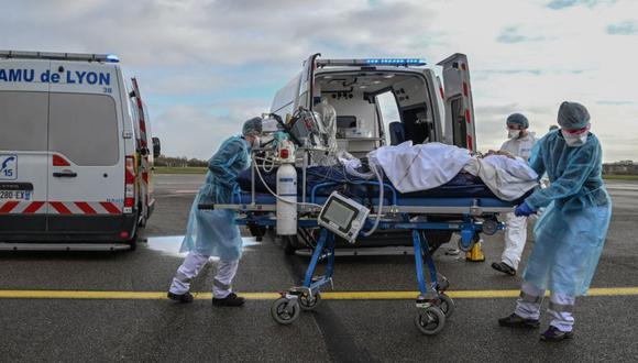 Personal médico transporta a un paciente en camilla a la espera de vuelo médico, para ser evacuado a otro hospital, en el aeropuerto de Bron cerca de Lyon, sureste de Francia en medio del brote de el Covid-19 causado por el nuevo Coronavirus. (Foto: EFE / EPA / PHILIPPE DESMAZES).