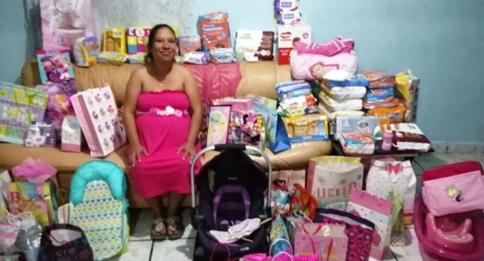 La futura mamá, Alfonsina, posando muy feliz junto a todos los regalos que recibió de parte de desconocidos que asistieron a su baby shower (Foto: Facebook)