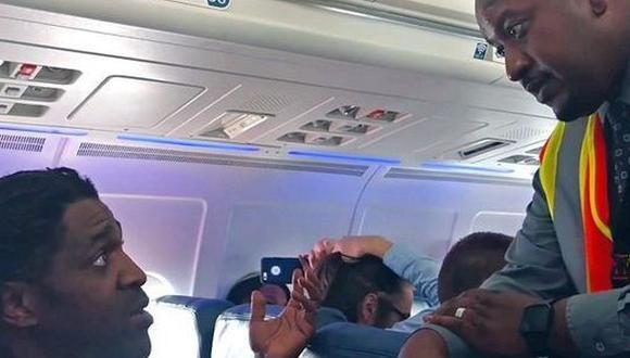 Delta Airlines expulsa a pasajero por usar el baño [VIDEO]