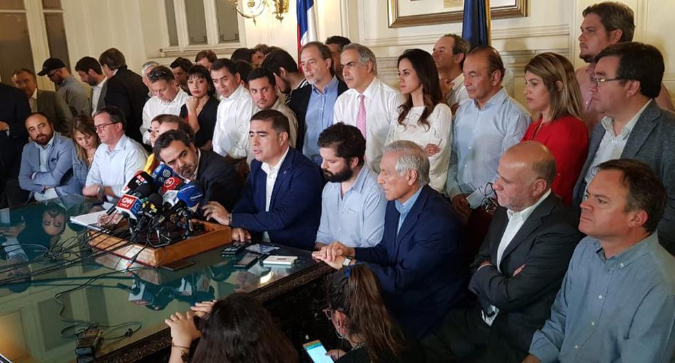 """El Presidente del Senado Jaime Quintana fue el encargado de leer el acuerdo, que calificó de """"una respuesta de la buena política"""". (Twitter: Matías Walker Prieto)"""