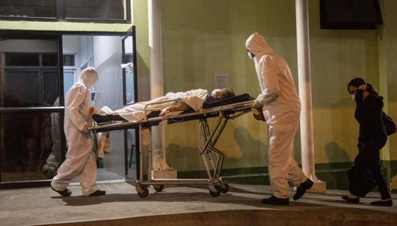 Médicos trasladan a un hombre con síntomas de COVID-19 al hospital general del Instituto Guatemalteco de Seguridad Social el 12 de junio de 2020 en Ciudad de Guatemala (Guatemala). (Foto Referencial: EFE/Esteban Biba).