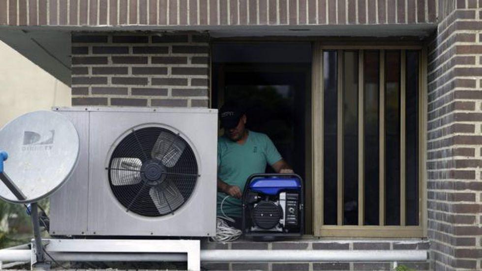 En ciudades como Maracaibo, el calor se hace insoportable cuando no existe la posibilidad de encender siquiera un ventilador. Foto: AFP