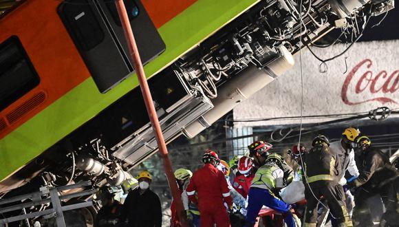 Rescatistas retiran un cuerpo después de que una línea elevada del metro colapsara en la Ciudad de México el 4 de mayo de 2021. (Foto de PEDRO PARDO / AFP).