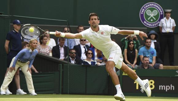 El tenista serbio Novak Djokovic golpea la bola contra el británico James Ward durante su partido de la primera ronda del torneo de Wimbledon en el All England Lawn Tennis Club, en el 2016. EFE/Gerry Penny