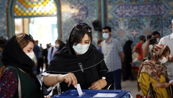 En Teherán, una mujer vota en las elecciones presidenciales iraníes. EFE