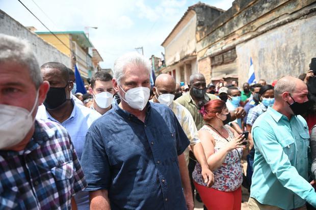 El presidente de Cuba, Miguel Díaz-Canel, es visto durante una manifestación realizada por ciudadanos para exigir mejoras en el país, en San Antonio de los Baños, el 11 de julio de 2021. (Foto de Yamil LAGE / AFP).